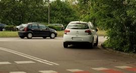 Czy ten samochód skręca w prawo?